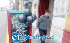 Globos negros en uno de los letreros de Comercial Los Muñoz en Traslaviña.
