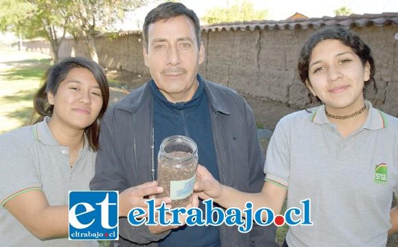 HARINA DE UVA.- Ellos son las jóvenes sanfelipeñas Sofhía Cisternas Ávila y Valentina Galaz Galaz, y su profesor guía José Gallardo González.