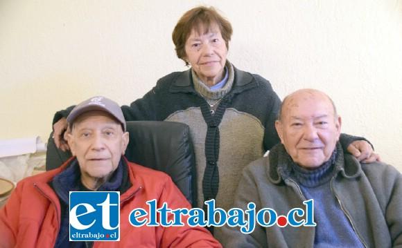 CON SUS HERMANOS.- Aquí vemos a los tres hermanos Castro: Patricio (Hijo Ilustre), Mary Luz y Guillermo, quienes están muy contentos por este honor a su familia.
