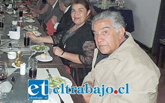 CON SU ESPOSA.- Aquí lo tenemos en una cena del Rotary Club de San Felipe, al lado de su esposa Carolina Espinoza Núñez.