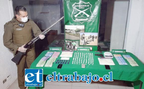 Más de un kilo de pasta base de cocaína, armas de fuego, municiones y dinero en efectivo fue el resultado de allanamientos efectuados por el OS7 de Carabineros en tres domicilios de Los Andes.
