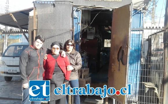 Mable Nochez (al centro) frente a su kiosco con personal que labora con ella en el día a día.