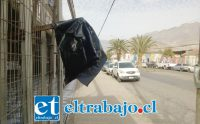 Algunos comerciantes de Avenida Maipú, entre Santo Domingo y Freire, pusieron banderas en sus establecimientos comerciales, preocupados con la prohibición de estacionamiento.