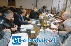 Al fondo se ve a José Hidalgo, dueño de la empresa de parquímetros, durante la sesión pasada del concejo.