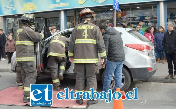 ACCIÓN INMEDIATA.- La acción bomberil fue inmediata, el suceso alarmó a cientos de personas en el céntrico sector.