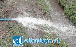 El sifón donde se supone cae agua potable para limpiar.