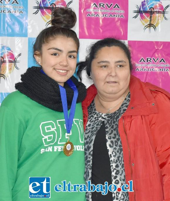 Josefa Peña Muñoz, quien fue premiada como Mejor Bloqueo del torneo, le acompaña Madeleyn Villegas, presidenta de la Asociación de Vóleibol de La Araucanía.