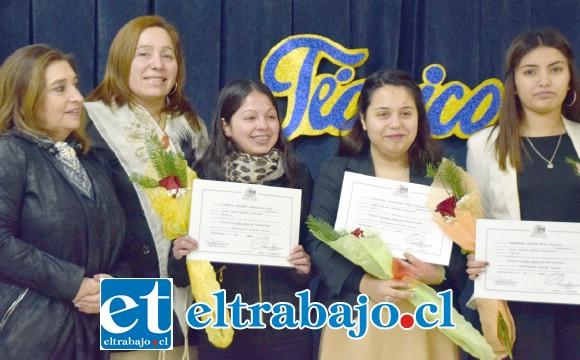 SIEMPRE EL CORINA URBINA.- Las jóvenes recibieron con orgullo su título, el que les faculta para trabajar en cualquier escenario del país.