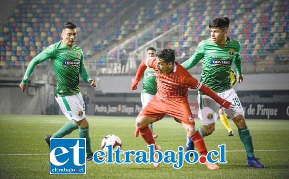 El volante Bryan Cortés intenta superar la marca de un jugador itálico. (Foto: Jorge Ampuero)