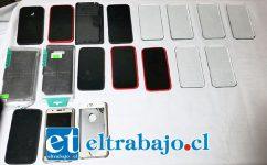 Personal de la Sección de Intervención Policial de Carabineros incautó los falsos celulares con los que se estarían cometiendo las estafas.