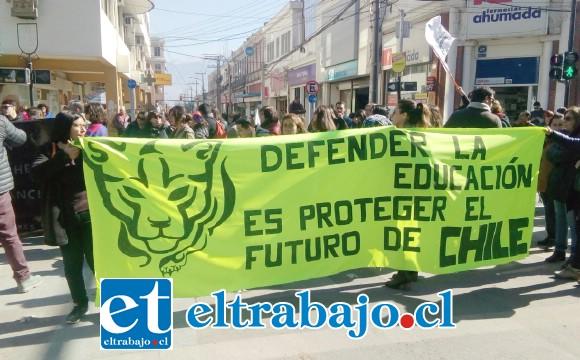 Los profesores se instalaron inicialmente en calle Salinas con Prat, donde interrumpieron el tránsito por algunos minutos, situación que repitieron en las demás intersecciones de la Plaza de Armas.