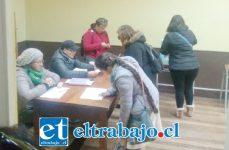 Los docentes votando en el Colegio de Profesores.