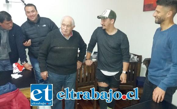 David Fernández, Jonathan Domínguez y otros asistentes al evento junto al querido profesor Roberto Mariani.