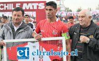 Antes del inicio del partido el ariete recibió un homenaje del que fue parte el recordado técnico Roberto Mariani. (Foto: Jaime Gómez)