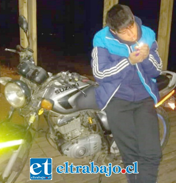 El joven Bastián junto a su motocicleta, en una foto difundida por redes sociales.