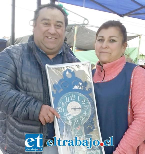 MUCHO TRABAJO.- Guillermo Lillo Vivar, uno de los organizadores del solidario evento, aquí lo vemos recibiendo un premio de una comerciante sanfelipeña.