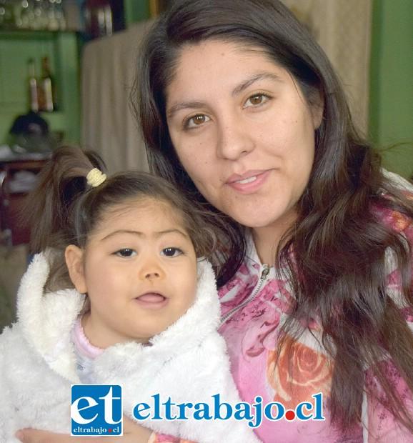 BINGO PARA ELLA.- Aquí tenemos a la pequeñita Emma Pulgar, con su amorosa madre Natalia Frías.