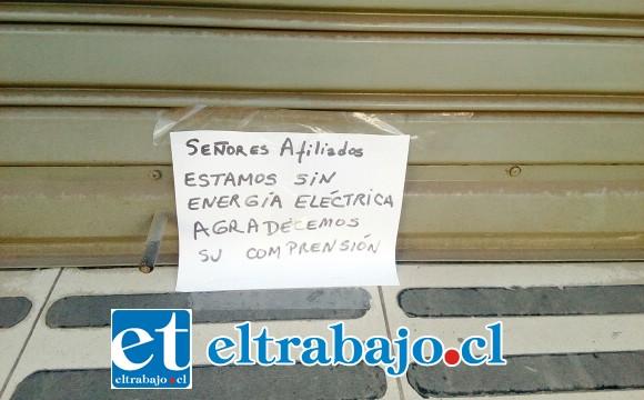 Este fue el letrero que apareció a primera hora en la entrada principal de la Caja de Compensación Los Andes.