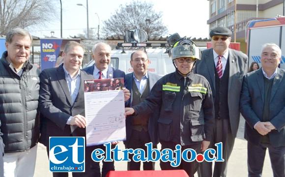 Autoridades bomberiles, municipales y de gobierno junto a representantes de la empresa sanitaria en el lanzamiento oficial de la campaña.