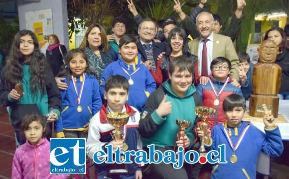 TODOS CAMPEONES.- Aquí están los campeones del Torneo, niñas, niños, jóvenes y adultos posan felices con las autoridades y organizadores de la V Copa de ajedrez Diario El Trabajo.