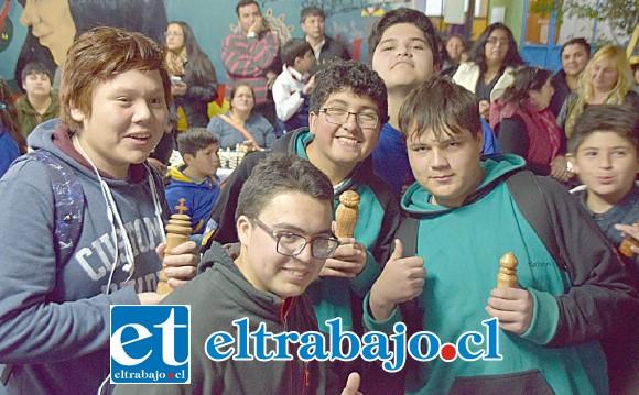 MUY ANIMADOS.- Los jóvenes ajedrecistas se mostraron muy contentos al saber que saldrían publicados en Diario El Trabajo.
