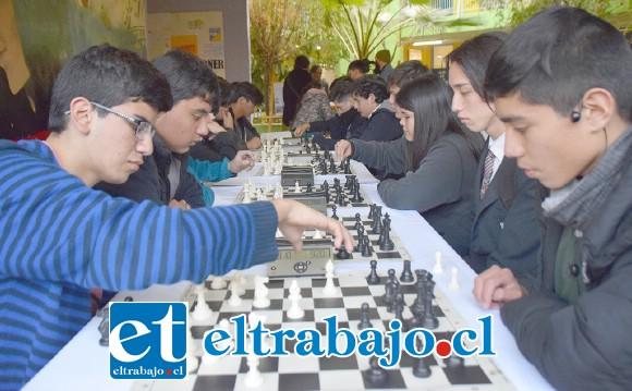 SILENCIO ABSOLUTO.- Nada pudo desconcentrar a estos ajedrecistas durante las partidas que disputaron en este torneo.