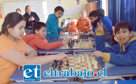 ELLAS TAMBIÉN.- Las niñas también dieron mucha pelea en este campeonato, en ajedrez la edad no importa, sólo ganan los que aprovechan mejor los errores del contrincante.
