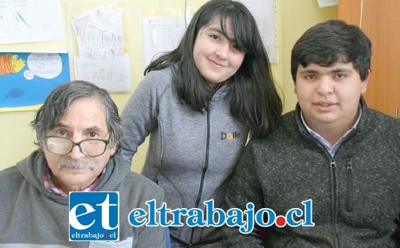 TRÌO ARBITRAL.- Ellos son Emilia Altamirano, Bastián Lepe y José Bergel, árbitros del torneo, quienes fiscalizaron cada una de las partidas.