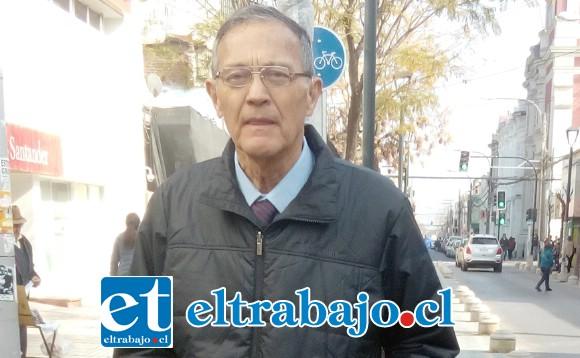 Guillermo Orellana, director de Tránsito de San Felipe, lo encontramos en la vía pública revisando los lugares de aparcamiento para carga y descarga de los locales comerciales.