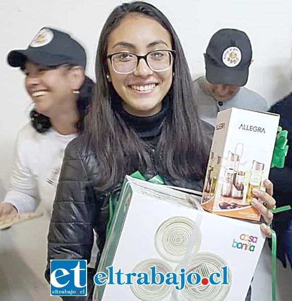 BINGOS SOLIDARIOS.- Ella es una de las tantas ganadoras de premios en los bingos que esta ONG organiza regularmente.