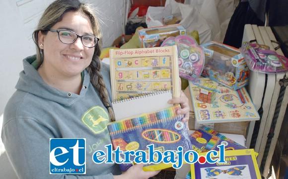MUCHOS REGALOS.- Priscilla Cantillano preparaba ayer muchos de los regalos que este sábado 10 de agosto entregarán en cuatro hospitales.