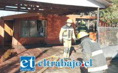 El fuego afectó a dos viviendas de la población La Higuera de la comuna de Santa María. (Fotografías: Emergencia Santa María).