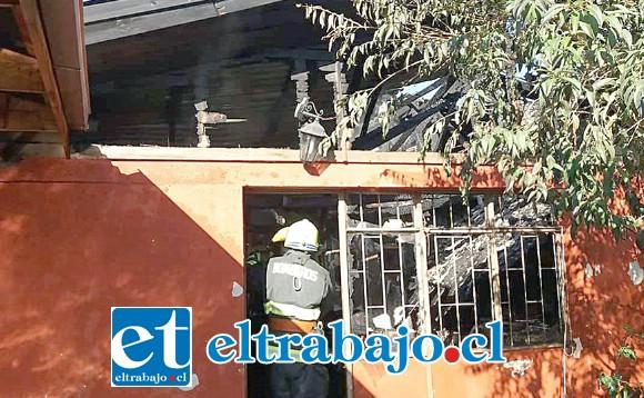 Una de las viviendas dañadas por el fuego declarado la mañana de ayer lunes.