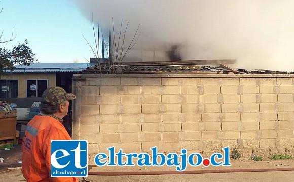 Personal de Bomberos de la comuna de Santa María evitó que el fuego se siguiera desplazando hacia la vivienda colindante, resultando con daños en la techumbre.