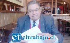 Rolando Stevenson Velasco junto al documento de recepción de la Contraloría Regional de Valparaíso.