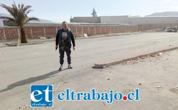Este es el lugar donde estaría instalada la nueva planta de revisión técnica, en la imagen el presidente Miguel Torres del condominio Peumayén.