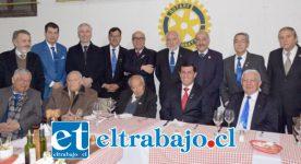 CENA DE ANIVERSARIO.- Los rotarios compartieron amenamente con el alcalde Patricio Freire, única autoridad municipal en llegar de entre todos los invitados a la cena de gala.
