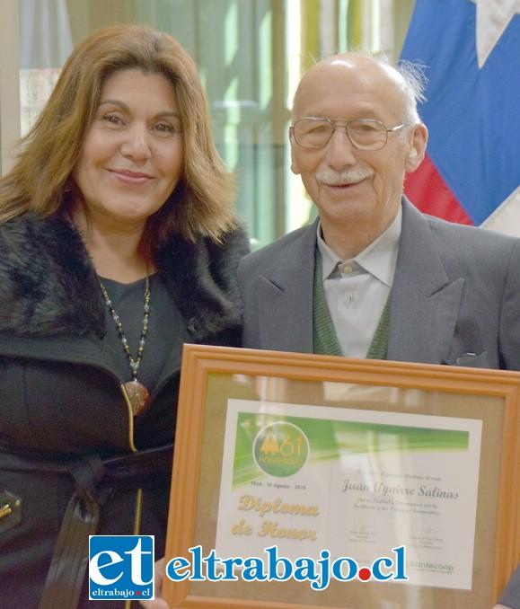 JUANITO REGALONEADO.- Aquí vemos a Juanito Aguirre, uno de los socios fundadores de Sanfecoop, recibiendo un reconocimiento por parte de la cooperativa. Se lo entrega la presidenta del Consejo de Administración de Sanfecoop, Leyla Vega Olivero.