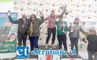 Al centro tenemos a la deportista Daniela Fernández junto a las demás representantes.