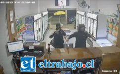 Los delincuentes ingresaron premunidos de estoques hasta la botillería 'La Cava' ubicada en Avenida O'Higgins de San Felipe.