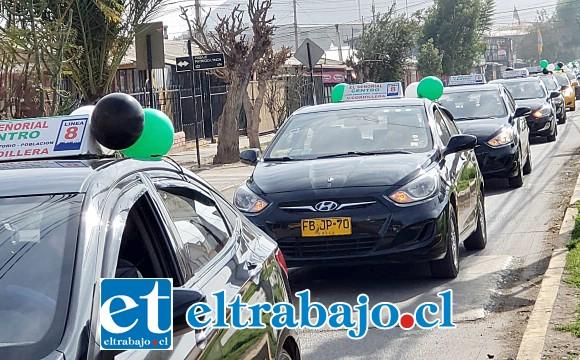 Los taxis colectivos paseando por distintas calles de San Felipe celebrando su día.