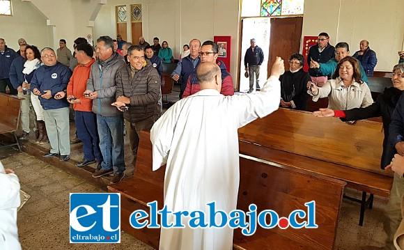 Conductores de taxis colectivos durante misa oficiada en parroquia de Sagrada Familia.