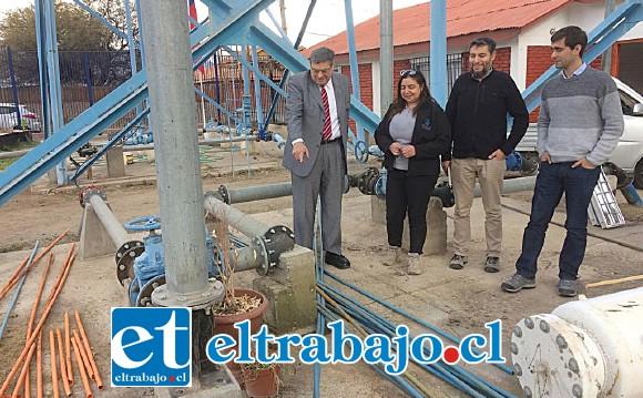 El Core Rolando Stevenson Velasco junto a los profesionales de la Seremi de Energía y representantes del APR Quebrada Herrera muestra la planta.