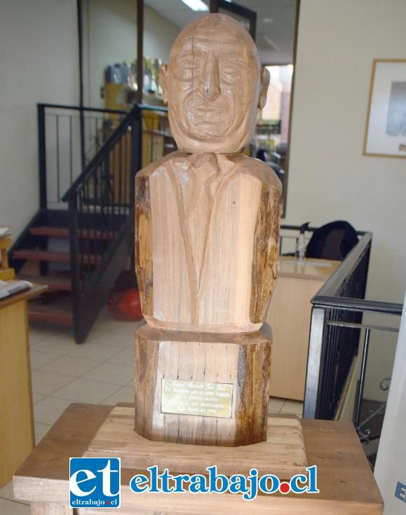DIGNO RECUERDO.- Este es el busto en honor al extinto director de Diario El Trabajo, Miguel Ricardo Juri Juri.