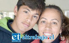 APOYO TOTAL.- Aquí lo vemos con la directora de su escuela, Beatriz Gallardo Morales, quien le apoya en todos sus proyectos extraescolares.