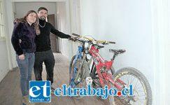 Acá vemos a Jorge Espinoza junto a su esposa y las bicicletas recuperadas por él mismo. (Foto putaendoinforma.com)