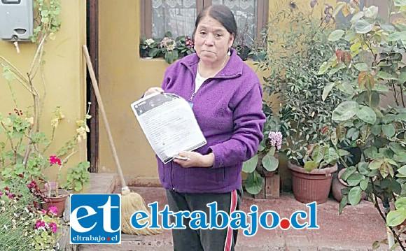 Una mujer orgullosa nos muestra el formulario de socia cooperadora de Bomberos de San Felipe.