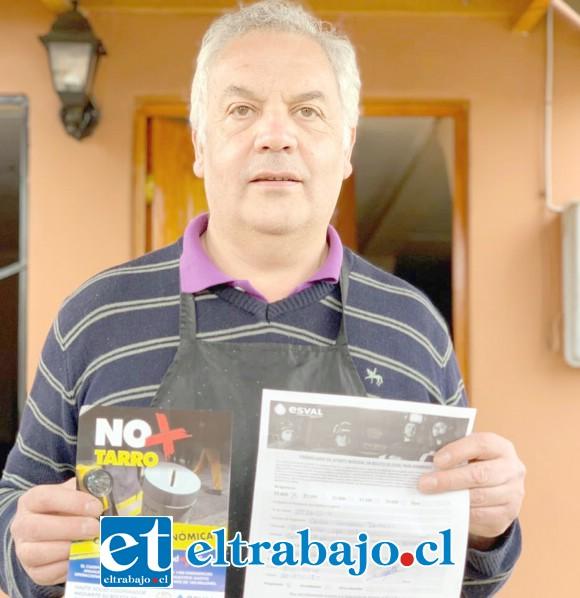 Carlos, conocido garzón de La Ruca, muestra orgulloso el formulario de socio cooperador. (@preludioradio)