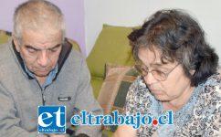 LARGO CALVARIO.- Don Patricio Jofré y su esposa María Yanca mostraron a nuestro medio los dictámenes médicos y licencias rechazadas.