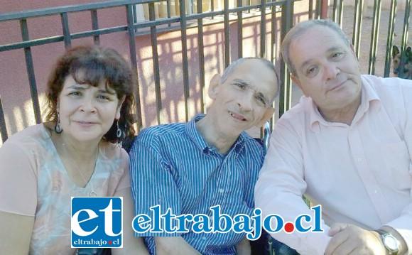 ERA EL REGALÓN.- Aquí vemos a Carlitos al centro, acompañado de sus hermanos María Cecilia y Humberto.
